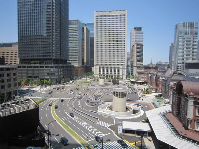 写真は「丸の内KITTE」から見た東京駅前。<br />丸の内で数年前に作ったメガネの直しのため、出向きました。ぶらぶら歩きにはもってこいのいい天気の日、新しくできた「KITTE」に入ってみました。旧中央郵便局を再生、新築したJPタワーの地下1階から6階までのフロアーが「KITTE」です。日本郵便初の商業施設で98店舗が入っているそうです。<br /><br />開業が3月21日で、もう2ヶ月経つので、それほど混んではいないだろうと思っていたら、予想外ににぎわっていました。<br />1階入り口を入ると広い吹き抜けの空間で、店もおしゃれな感じ。デザインは隈研吾氏。「Feel Japan」がテーマで、日本各地の物品を扱うショップが多く、ナチュラルでスタイリッシュな品々が並んでいました。<br /><br />まず、屋上へ。6階の屋上庭園からは、目の前に復元された東京駅の建物と発着する電車が見えます。天気もよくて、ここの眺めはよかったですよ。<br />地下1階と5,6階はレストランフロアーですが、昼時、どの店も混んで行列。地下へ降りて、すぐ入れそうな比内地鶏の店へ入りました。<br /><br />2階、3階には日本郵便と東京大学総合研究博物館が協働で運営している「インターメディアテク」が入っており、無料で見学できます。ここは新しいのに、アンティックな雰囲気があり、おもしろかったです。<br /><br />そして4日後、メガネを受け取りがてら、友人とまた丸の内へ。今度は一号館広場にも行きました。こちらのガーデンは広い敷地ではありませんが、緑が深くて、私の気に入りの場所です。