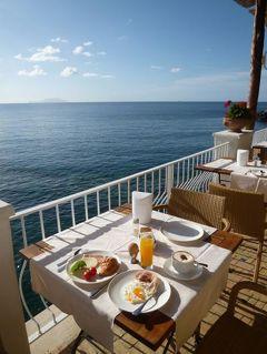 初夏の優雅なバカンス ナポリのイスキア島♪ Vol35(第6日目朝) ☆イスキア島サンタンジェロ:早朝の美しいサンタンジェロを歩く♪テラスで海を眺めながら朝食♪