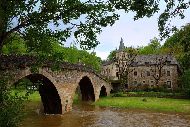 アベロン川(Aveyron)が流れ、その上に古い石橋が架かっている。そして橋は対岸にある教会と結ばれている。上を見上げるとお城があり、石造りの家が建ち並んでいる。絵ハガキのような景色が広がるベルカステル。<br /><br />フランスには「最も美しい村」と認定された村がたくさんあるけれど、訪れる前から、この村は間違いなく私にとってベスト3に入ると思って楽しみにしていた。訪れてみて、やっぱり思った通りの美しい村で、こんな時代にヨーロッパの原風景とも言える昔のままの田舎の風景が残されていて、訪れることができることに感謝したい気持ちがしました。<br />