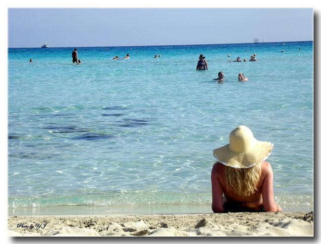 キプロス島(サイプロス)は、日本からアクセスも不便なのもあり、日本人には、馴染みの少ない場所では、ないでしょうか?<br />私は、英国在住なので英国人のホリデー先でポピュラーなキプロス島、就航便も多く、行きやすく、義理両親がキプロス島にホリデーアパートがある為、何度か訪れており、リピしてます。昨年は、特に透明度の高いビーチリゾート、トルコ国境に近いアヤナパ地区に初めて旅しました。<br />シーズン終わり(9月下旬)は、ラストミニッツホリデーで格安に行けるのも手伝って即決でした。笑 (^^♪<br />キプロス島は、風光明媚なビーチ、チュードス地区の高山、ワイナリーが多く点在し、古い歴史ある村々が素敵。<br />海に囲まれた島国なのでシーフードも美味しく、シーフード系のギリシャ料理も和食屋さんで食べる刺身、寿司も鮮度がよく美味しかったです。