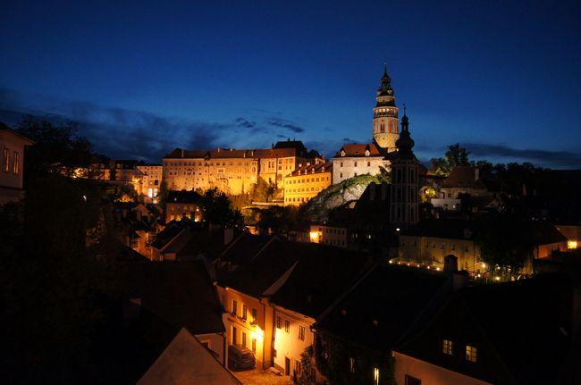 チェコ・オーストリア・イタリア 40才男一人旅にでました。<br /><br />【③チェスキークルムロフ編】<br />プラハからバスで夜到着。翌日昼まで半日ですが、中世の小さな街を堪能できました。ビールとチェコ料理、安くておいしかったな。<br /><br />【日程】<br /> 5/22 羽田~パリ~プラハ<br />★5/23 プラハ~チェスキークルムロフ<br />★5/24 チェスキークルムロフ~ウィーン<br /> 5/25 ウィーン<br /> 5/26 ウィーン~メルク~ハルシュタット<br /> 5/27 ハルシュタット~バードイシュル~ザルツブルグ~夜行列車<br /> 5/28 夜行列車~ベネチア<br /> 5/29 ベネチア~フィレンツェ<br /> 5/30 フィレンツェからミラノ日帰り<br /> 5/31 フィレンツェ~ローマ<br /> 6/1 ローマ~帰国<br /> 6/2 成田