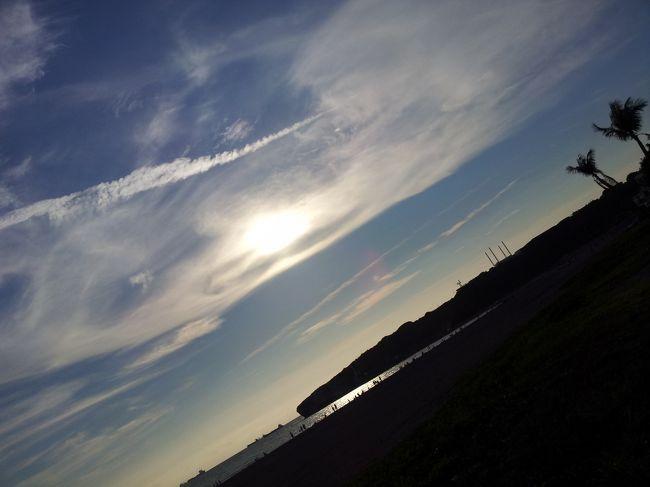 太陽も段々西に傾いてきました。<br />夕日スポットでも有名な高雄の旗津半島にレンタサイクルごと上陸。<br /><br />しかし依然、蒸し暑さは続いています。<br />思った以上の暑さにヤラれて少々グッタリですが、ここまで来たら絶景を見なければ。<br />ここで必ず食べようと思ったものもあるし。<br />観光も途中だし。<br /><br />ペダルを漕ぐ足は、まだまだ止まりません。<br />