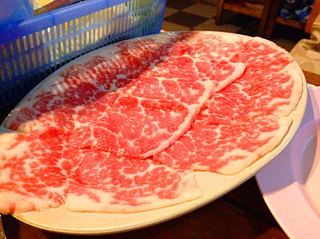 今日は在タイ歴10年の友人と極上の牛肉が安く食べられるという牛肉愛好家の間で話題のレストランへ行ってきた。<br /><br />実はタイ人はあまり牛肉を食べない。タイ経済を牛耳っている中華系タイ人の多くは観音信仰という理由で牛肉を食べないし、一般の人もタイの牛肉は硬くて美味しくないと避けている人が多い。だから牛肉を食べる人は少数派。<br /><br />美味しい牛肉を食べたければ外国産の良質牛を出すステーキハウスや焼肉屋へ行けばよいのだが、当然、相当の支払いを覚悟しなければならない。タイでは牛肉愛好家は肩身が狭いのだ。<br /><br />そんな中、救世主のごとく現れたのが今回行った牛肉専門レストラン「コークン」。極上の牛肉が安く食べられると評判となり、今では9店舗を展開する一大チェーンに成長したという。<br /><br />友人は数年前、パタヤに遊びに行った時にこの店のことを知り、肉の旨さと値段の安さから滞在中毎日通ったのだという。ところがバンコクに戻って支店を探してみると、郊外の辺鄙なところにしか支店がなく行く機会がなかったらしい。そんな中9番目の支店としてようやく都心近くに支店がオープンしたというので、今回行ってみようということになった。<br />