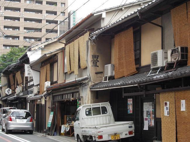 2月は西本願寺近くに3泊でしたが、今回は四条烏丸ちかくのホテルに6連泊しました。雨の季節で外歩きがままならない状況でしたが、結果的に のんびり過ごした一週間になりました。<br />仲間が初日の夕食に招待してくれたのは京都文化博物館の高倉通で、御池通に近い「五けんしも」という店でした。居酒屋風ですが たしか「京薬膳」と書いてあったと思います。いくつもの小鉢の料理と、盛り合わせと、「五けんしも」というラベルの地酒をいただきました。<br />この店の不思議な名前は、御池通に近い亀甲屋からかぞえて「五軒しも」にあるということだそうです。<br /><br />二日目は金平糖を買いました。四条から市バス201で百万遍下車、横丁に入ってすぐに1847年創業の緑寿庵清水があります。<br />金平糖の芯材に2種類あって、大きい芯の金平糖は口中で崩れやすい金平糖ができるそうで、昔からの小さい芯は長時間楽しめる金平糖になるそうです。<br /><br />次は京都文化博物館1Fの京都では数少ない本格手打ちそばの有喜屋(ukiya.co.jp)(1929年創業)です。天ぷらそば、にしんそば、とろろそばに五目飯がついている「そば三昧」¥1560は それぞれに美味で完食。なお本店は先斗町で、市内に6店あるそうです。<br />歩いて六角堂に行きました。山号は紫雲山頂法寺、聖徳太子が四天王寺建立の用材を求めてこの地にいたり、持仏の一寸八分の如意輪観音を祀ったのがはじまり。境内北側には11階建ての池坊会館がある。亡母が池坊を教えていたので、池坊発祥の地として知識はありましたが初めての訪問です。時計回りに一周してから隣のスターバックスに入りました。<br />このスタバーは全面のガラス越しに六角堂を眺められるのですが、特等席は若者がノートPCや本をひろげ、なかには爆睡しているのもいて年寄りは座りにくい感じでした。<br /><br />妙心寺も初めてでした。大きすぎるお寺です。宣伝に乗せられて東林院の沙羅双樹を見に行きました。和菓子と抹茶つきの拝観料が¥1300は高すぎです。沙羅(夏椿)は年を経た樹とは見えず、満開には早く、坊さんの説明も手馴れすぎて、やや「俗」にすぎた感じです。<br />四条大宮から嵐電で帷子の辻、乗り換えて妙心寺まで、の電車は昭和の昔を呼び戻してくれる感じの旅情あふれる電車でした。<br /><br />御霊神社(ごりょうじんじゃ)。全国に同じ名前の神社がありますがすべて怨霊・亡霊をしずめるために祀られた神社です。京都、上京区にある御霊神社は「上後霊神社」と呼ばれていましたが、現在の正式名称は御霊神社(ごりょうじんじゃ)で、当初は光仁天皇の皇子の早良親王(崇道天皇)の怨霊を慰霊したが、863年には他戸親王、光仁天皇の皇后・井上大皇后、藤原大夫人、橘太夫、文太夫をあわせ六座の神座を設けて御霊会を行っているそうです。<br />門前の「唐板(からいた)」のお店は500年も続く店です。<br /><br />早良親王は異母兄の桓武天皇の即位とともに立太子したが、長岡京造営に関する事件で廃嫡、幽閉され、無実を訴える絶食のなか淡路に配流される途中、河内で憤死した方です。そのご、天皇家の病気、疾病の蔓延、洪水なども早良親王の崇りとされ、800年に崇道天皇と追称されています。<br />京都の鬼門に当たる上高野には早良親王のみを祭神とする崇道神社があるという。<br /><br />今回の旅は宿の場所がよかったので、バス、地下鉄、嵐電まで徒歩範囲でした。ホテルで紹介する食事処は昼食¥2000〜、夕食¥4000〜ですが、写真で紹介する定食屋や食堂のほか、牛丼屋も近くにあり、24時間のスーパーやコンビニも数十メートル範囲にあるので、至極便利でした。<br />便利なので、一日中ホテルでごろごろしていたり、バスで京都駅まで行って、買い物や食事を楽しんだりと、本当にのんびりしました。<br />