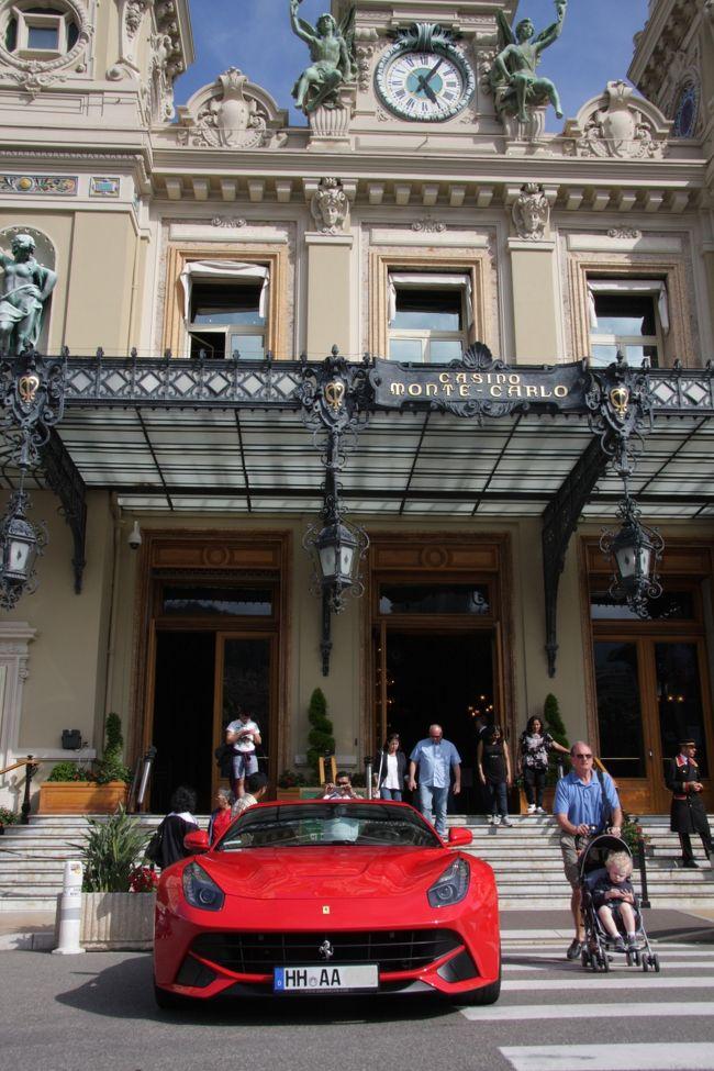 モナコのカジノ・モンテカルロ前のフェラーリF12ベルリネッタ <br />2013.5.14 17:05<br />Ferrari F12 Berlinetta at CASINO MONTE-CARLO<br /><br />2013フランスの旅 第2回 ニース その2<br /><br />初めての試みとして海外旅行の準備段階からブログに公開した2013フランスの旅(5.13−5.24)を無事に終え、6月19日に旅行の概要をまとめてハイライト編http://4travel.jp/traveler/810766/album/10784450/を公開しました。<br />今回は各都市毎の詳細な旅行記の第2回です。<br /><br />2013年5月14日(火)<br />午後の半日観光ではエズとモナコを訪れた。<br />鷲ノ巣村と言われる、海岸から切り立った崖の上にあるエズEzeを離れて望む展望台からの風景は生まれて初めて見る青い地中海であり、この風景を撮るために用意した超広角レンズが役に立った。<br />城壁に囲まれた崖の上の村は、急な坂道の両側に所狭しとたくさんの店やギャラリーなどが並んでいて人出も多かった。<br />時折り青い海を見おろした。<br /><br />次に訪れたモナコ公国で買った日本語版ガイドブック(A5 32頁)によると、<br />海と山に囲まれたモナコ公国は、観光・リゾート地はもとより、国際的なイベント・コンベンション開催地として、長い間注目を浴びてきました。<br />人口は約3万人、そのうちモナコ人はわずか4500人という、世界で二番目に小さいこの国に、毎年多くの人が訪れています。<br />モナコ公国には次の七つの地区があります。モナコ港を見渡す王宮があるル・ロシェ(岩の意味)、ラ・コンダミーヌ、モノゲッティ、カジノのあるモンテ・カルロ、テナオ、海岸を埋め立てて造られた新しい住宅地区のラルヴォットとフォンヴィエイユがそれです。<br />1989年、モナコはレニエ大公統治40周年を、キャロリヌ王女、ステファニー王女、次の大公アルベール皇太子と共に盛大な行事で祝いました。レニア大公の下、モナコは独立国家500年の伝統を守り、観光事業を中心に、経済・文化の発展を続けています。<br /><br />モナコ市内中心部の地下7階の駐車場で車を降り、王宮広場、モナコ大聖堂、海洋博物館、青い海に面したサン・マルタン公園などを巡った。<br />モナコを訪れたのはF1モナコグランプリ(26日決勝)の直前で、仮設スタンドなどレースの準備が進む街中をツアーの車で一周出来たのはラッキーだった。<br />モンテカルロ・カジノ前に停車していた真紅のフェラーリ、2台並んだ真っ赤なマセラッティと黒のロールスロイスなどは一生を自動車エンジニアで過ごした私にとっては良い「冥土の土産話」が出来た思いだ。<br /><br />◇F1モナコグランプリのコースはモナコのモンテ・カルロ区とラ・コンダミーヌ区の公道を閉鎖して造られた1周3,340mのモンテカルロ市街地コースである。総走行距離は1968年から約260km(78周)<br /><br />撮影CANON EOS40D EF-S17/85,EF-S10/22<br />    PowerShot A2300<br /><br />◇タイトルの日本語と英語は同じ定義・意味ではありません。<br /><br />お気に入りブログ投票(クリック)お願い<br />http://blog.with2.net/link.php?1581210