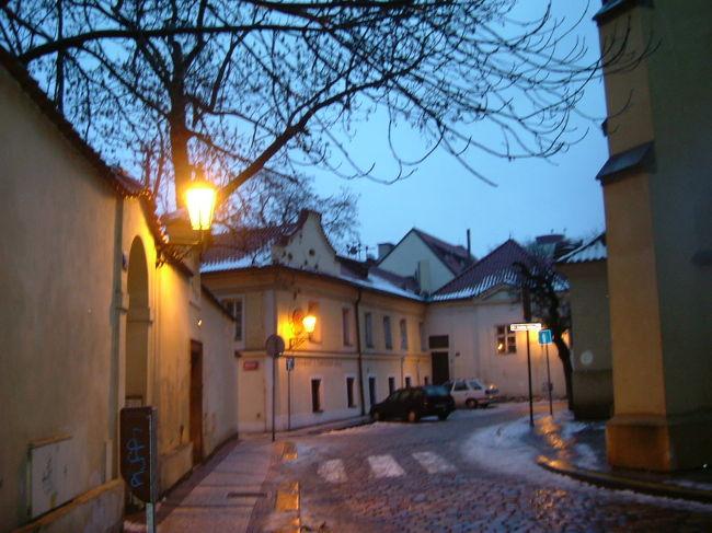 2006年1月3日。 プラハ早朝の散策です。 帰国日は明日、早朝なので この日が最後の日です。<br /><br />ヨゼホフを散策、そして ウ&quot;ァーツラフ広場、アンテークショップ巡り、 <br />美術工芸博物館を見学後、まだ 行けず仕舞いの所も 多数 残したまま 再度スミーホフのカルフールへ・・・お土産物を見繕います。<br /><br />プラハ旧市街を 小まめに 歩いた一日です。