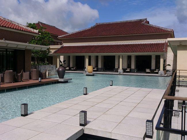 旅行日10日程前に急遽夏休みを取り、昨年に引き続き沖縄に行ってきました。<br /><br />4年連続での沖縄訪問です。<br />今年はザ・リッツカールトン沖縄2泊、<br />ルネッサンスリゾートオキナワ2泊しました。<br /><br />ザ!ホスピタリティのリッツは最高のホテルでした。<br />いつでもゲストを気にかけている艶々しい従業員は嫌味な感じはこれっぽっちもなく、素直に沖縄リゾート滞在を満喫出来ました。<br /><br />ここはまた行きたいっ!!(o^-^)と思わせるリゾートホテルです。<br /><br />[沖縄到着後前半]<br />きしもと食堂<br />水納島<br />ザ・リッツ・カールトン沖縄2泊<br />夕食はブセナテラスのイタリアン チュラ・ラ<br />オキナワ マリオット リゾート&スパの鉄板BBQ ハウディ<br />ESPA SPA<br />喜瀬ビーチ<br /><br />[後半]<br />ルネッサンスリゾートオキナワ2泊<br />パンケーキPanilani<br />瀬底島<br />ホテルモントレ沖縄 スパ&リゾート Blue Reef<br />第一牧志公設市場<br />国際通り<br /><br />に行きました。<br /><br /><br /><br /><br />