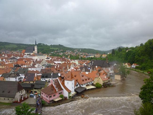 その6です。<br /><br />私の連れ2人が、大雨&大洪水の中、迷子になります。。。。<br />もういい歳なのに、、、本当に困ったものだ。<br /><br />その1:ハンガリー編<br />http://4travel.jp/traveler/gorono5656/album/10783721/<br />その2:スロバキア編<br />http://4travel.jp/traveler/gorono5656/album/10785931/<br />その3:ウィーン編<br />http://4travel.jp/traveler/gorono5656/album/10786332/<br />その4:ウィーン編 パート2 街歩き<br />http://4travel.jp/traveler/gorono5656/album/10790309/<br />その5:ウィーン編 パート3 シュニッツェル&トラム<br />http://4travel.jp/traveler/gorono5656/album/10791205/<br />その6:大洪水&迷子トラブルのチェコ・チェスキークルムロフ編←←←←イマココ☆★☆★<br />http://4travel.jp/traveler/gorono5656/album/10791970/<br /><br /><br />-------------------------<br /><br />KLM航空で、関西空港からアムステルダム経由でブタペストへ。<br />ツアー会社は阪急交通社。<br /><br />旅行メンバーは、<br />私、連れ、連れの友達の3名。<br /><br />旅の印象は、<br />ビールがめちゃめちゃ安い。<br />トラブルが多かった。<br />(大洪水で観光できず。車上荒しに遭う。連れとその友達が迷子になる。などなど)<br />店員とかどこの国も愛想がよかった。 <br /><br />