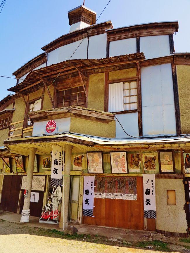内子町(うちこちょう)は、愛媛県の南予地方に位置する町である。ハゼの流通で財をなした商家が建ち並ぶ町並み保存を手かがりに、白壁と木蝋のまちづくりを進めてきた。<br />今日では、町並みから村並みへ、エコロジータウンうちこをキャッチフレーズとし、農村景観保全や農産物の直売、農村民泊、グリーンツーリズムなどの、交流人口の受け入れ、第一次産業の活性化などの取組みで全国的にも知られている。<br />2005年(平成17年)1月1日、(旧)喜多郡内子町、喜多郡五十崎町、上浮穴郡小田町が新設合併し、新しい喜多郡内子町となった。<br />(フリー百科事典『ウィキペディア(Wikipedia)』より引用)<br /><br />映画:67年閉館の内子・「旭館」、半世紀ぶりに上映 入場料は修復費用に<br />来月2日 /愛媛 毎日新聞 2013年05月05日 地方版<br /><br /> 内子町内子の旧映画館「旭館」で来月2日、約半世紀ぶりに映画が上映される。1967年に閉館後、老朽化の進行で解体の声も一時上がったが、所有する森文醸造社長の森秀夫さん(66)らが「保存会」を結成して本格的な修復を計画。当日の入場料はその費用に充てられる。<br /><br /> 1926(大正15)年開館の旭館は、当時の有力者ら11人が発起人となって建設された。国重要文化財建築が並ぶ八日市・護国町の重要伝統的建造物群保存地区にあり、木造一部2階建て(延べ415平方メートル)。正面ポーチにバルコニー、最上部に塔があり、その特徴的なデザインは地域のシンボルとなっている。内部には舞台や楽屋、文楽用の太夫座もある。当初の畳敷きから板張りとなり、昭和に入って「電気館」と改称され、約700人を収容したという。<br /><br /> 邦画を中心に上映され、森さんも幼少期、発起人の一人だった祖父に連れられて無声映画を鑑賞したという。森さんは「阪妻(阪東妻三郎)主演の忠臣蔵でした。当時は活動写真といって弁士がおり、クライマックスでは太鼓が打ち鳴らされました」と懐かしがる。<br /><br /> 閉館後は商品倉庫となっていたが、傷みが進み、雨漏りが頻繁に発生。補修など維持費が毎年かかるため、同社内では「解体やむなし」の意見も上がったという。しかし、歌舞伎劇場「内子座」と並ぶ地域のシンボルとして存続を望む声が寄せられ、保存活用を決定。森さんは「映画や歌謡ショーなどを開催し、観光資源として活用したい」と意気込む。<br /><br /> 来月2日は午後1時と同5時の2回、片岡千恵蔵主演の「赤穂浪士」(松田定次監督、61年)を35ミリフィルムで上映する。前売り券1000円(当日券1200円)。.        <br />( http://mainichi.jp/area/ehime/news/20130505ddlk38040308000c.html  より引用)<br /><br />内子の町並みについては・・http://www.town.uchiko.ehime.jp/kanko/kankou-machinami.html<br />http://www.uraken.net/rail/travel-urabe179.html<br />http://www.nhk.or.jp/matsuyama/iyoichi/ichiban/details_03153.html<br /><br />〜〜※〜※〜※〜※〜※〜※〜※〜※〜※〜※〜※<br />5月24日 2日目<br />道後温泉-【移動約30分】-内子・30【白壁の町並みを散策】-【移動約40分】-宇和島・20【真珠店】-【移動約120分】-四万十川・50【沈下橋を散策/〔舟下りは別料金1,800円〕】-【移動約90分】-窪川・15-【移動約90分】-高知(泊)  (クラブトーリズム、32,140円、1名1室)<br /><br />