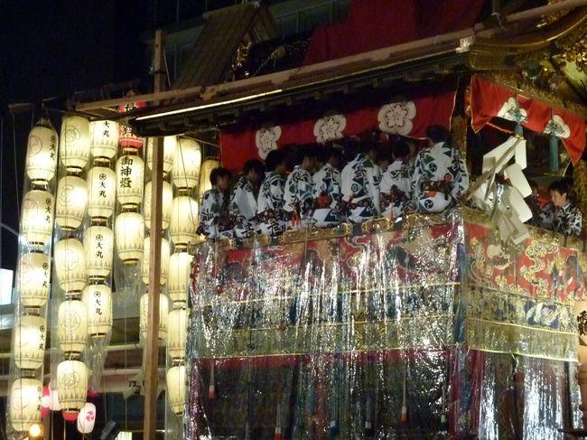 祇園祭 7月1日〜31日まで開催中<br />http://www.kyokanko.or.jp/gion/gyoji.html<br /><br />夜の祇園祭は本当に綺麗で、格別です。<br /><br />PM 19:30頃から、四条烏丸付近に繰り出して見物しました。<br /><br />とにかくものすごい人混みで、人が多い割にはうまく考えて<br /><br />交通整理をしていて意外にスムーズでした。<br /><br />連休最終日という事もあり、多くの人で賑わいを魅せておりました。<br /><br /><br />京都観光パークアンドライド 駐車場案内/京都市都市計画局 歩くまち京都推進室<br />http://www.city.kyoto.jp/tokei/trafficpolicy/kankochi/parkride_other/index.html<br />京都市では,公共交通機関と組み合わせてご利用いただける,パーク&ライド駐車場ご案内しております。大渋滞を避け,彩り豊かな京都をごゆっくりお楽しみください。<br /><br />京都の観光地313件から「車いすで回れる施設」<br />http://kyotoshugakuryoko.jp/walk/list.php?category=車いすで回れる施設<br /><br />京都のバリアフリー観光・旅行  <br />http://www.facebook.com/wonderfulcare