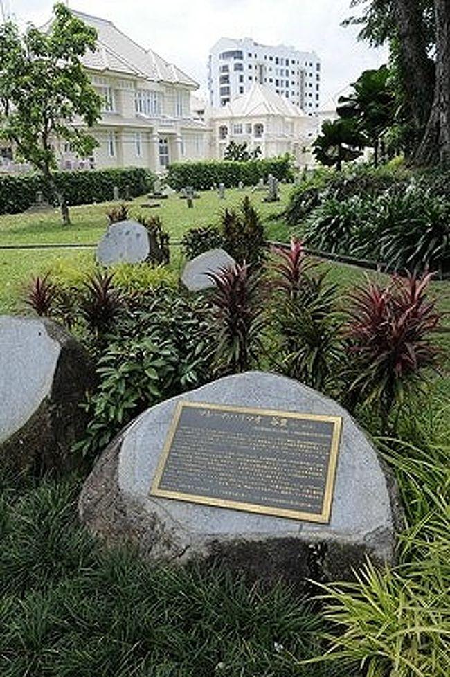 山崎朋子氏の著書『サンダカン八番娼館』やその続編の『サンダカンの墓』を学生時代に読んだSUR SHANGHAIが、実際にマレーシアのボルネオ島にあるサンダカンの町を訪れたのは2008年。<br /><br />その『サンダカンの墓』の中には、『シンガポール花街の跡』という章もあるので、いつかシンガポールの日本人墓地に加えて、その花街の跡へも行っておきたいと思っていた…。<br /><br />シンガポールへはちょくちょく行くのに、やっと縁が繋がったのは2011年。<br />旦那とも連れ立って行ってみた時の様子を記録しておこうと思います。<br /><br /><br />●注: タイトルに出ている≪ステレツ≫と言う言葉は、英語のSTREETが訛ったもの。<br />とは言っても、単に≪街路≫を意味しているのではなく、シンガポールにからゆきさんの花街があった頃の≪花街≫や、その界隈を暗示していたのだそうです。<br /><br /><br />表紙の画像は、からゆきさんを含む日本の方々の墓碑以外に、故人の記念碑も数多いシンガポール日本人墓地公園の一画。<br />画像手前の碑は、マレーの盗賊団を率いていたハリマオ(谷豊)の記念碑。これは墓碑ではありません。