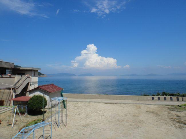 岡山県笠岡の離島「飛島」ひしま  で、ノルディックウォーキングしました。<br />笠岡港からは、海上タクシーを使わせていただきました。<br /><br />表紙の写真は「飛島小学校、幼稚園」で撮った写真です。<br />今は休校ですが、こどもたちの元気な声が聞こえてきそうです。<br /><br />飛島は椿が有名で、椿油を生産しているということで、有名なお相撲さんが来て相撲を取ったそうです。<br /><br />1周4キロは景色も素晴らしく、最高でした。<br /><br />恋人岬も、素敵でしたよ。