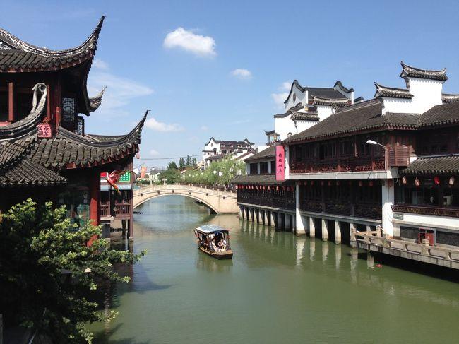 3度目の上海ですが、親戚の叔母様に誘われ行くことに。叔母様の知り合いの現地の方に案内してもらえることになりました。蘇州まで足を延ばしたかったですが、少し遠いようで断念。その代わり、七宝という水郷古鎮に行くことになりました。そして、過去2回の訪問で行ってなかった田子坊にも行きました。古い中国と新しい中国、色々な面を堪能した3日間でした。<br /><br />以下、日程です。<br /><br />7月13日 関空から上海浦東国際空港 その後新天地へ<br />7月14日 外灘・田子坊・七宝・南京西路<br />7月15日 南京東路・人民広場・上海駅・徐家匯から衡山路のプラタナス並木・上海書城 その後帰国<br />かかった費用は、中国国際航空39,210円・ホテル代7,000円(1泊分負担)でした。移動はほぼ地下鉄で、前回行ったときにチャージした交通カードを使っています。