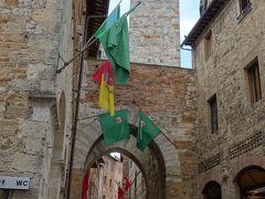 サン・ジミニャーノの街歩き。上を見て,下を見て。塔と石畳にはさまれて。