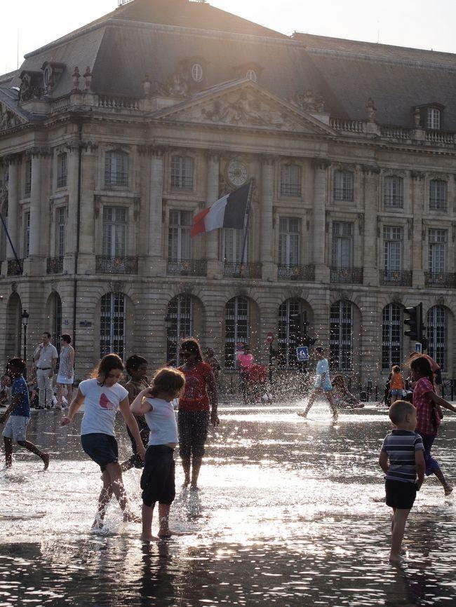 今年も2人で早めの夏休みを取り、海外へ。<br />5泊7日でボルドーとパリを巡って来ました。<br /><br />初めてのボルドーでは、想定外の暑さにやられましたが、<br />念願のシャトー巡りを。<br /><br />パリは2人とも何度も訪れている街なので、<br />観光名所的なところはあまり行かず、街歩きを楽しみました。<br /><br />そんな旅の様子を綴りたいと思います。<br /><br />---------------------------------------------------------<br /><br />今回は初めて訪れたボルドーの様子を綴ります(7/11〜12)<br />街中は治安もよく、街並もキレイなのでオススメです。<br />でも、7月は非常に暑いので、訪問時期は熟考が必要かと。<br /><br />---------------------------------------------------------<br /><br />7/11〜12 ボルドー泊<br />7/13〜15 パリ泊