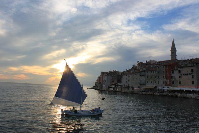 毎年6月, CroaziaのRovignoで, 元セレニッシマの北アドリア海の国々 (Croazia, Italia, Slovenia, Bosnia)から様々なタイプの帆走舟が招待され,レガタが行われます.<br />伝統的な小さな帆走舟に乗った私たちヴェネチア-ニは, 最も遠くから来ます.<br />ヴェネツィアの自宅から出発, アドリア海沿に北上してカオルレからアドリア海横断を始め, クロアチアのウマグとノビグラドの間を目指します.<br />翌朝,ノビグラドからイストリア半島の海岸に沿って南下します.<br /><br />Rovignoのマリーナから出発し, Sv.Katerina島の前から聖エウフェミア大聖堂沖をまわって,港に戻ります.<br /><br />レガタのメンバーの宿泊(2泊)と2朝夕食は, Rovigno市のご好意で, すべて無料です.<br /><br />私たちは毎年,カテリーナさんのアパートに滞在します.<br />カテリーナ&amp;ジャンニ&#183;ロッコ(イタリア系クロアチア人)さんのアパートは, 朝食がおいしいので, いつもイタリア人客で込んでいます.<br />http://www.flickr.com/photos/78854001@N08/sets/72157634056441496/<br /><br /><br /><br /><br /><br />