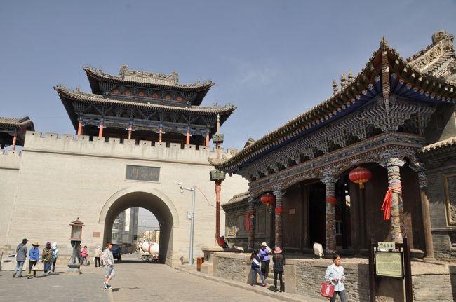 今年のGWは、中国西北の寧夏回族自治区、<br />甘粛省、青海省を旅しました。<br /><br />旅も7日目。<br /><br />日帰りで一緒に青海湖に行こうと言っていたCさんが、<br />前日突然「青海湖には行きたくない。タール寺に行く」<br />と言い出したので、青海湖に行きたかった私は<br />仕方なく滞在していたホステルでツアーの問い合わせをしました。<br /><br />ホステルの方の話では、「明日ツアーがあるかもしれない」<br />ということでしたが、翌朝問い合わせると、ツアーは定員に達していて<br />参加不可能とのこと。<br /><br />でもどうしても青海湖に行きたい!としつこく食い下がると、<br />「ここで仲間を募って車をチャーターして青海湖に1泊2日で出かける<br />中国人グループがいるから、聞いてみてあげる」ということに。<br />グループメンバーに聞いてもらったところ、もう一人増えても問題なし<br />との返事をもらったので、荷物をまとめてホステルをチェックアウト。<br /><br />というわけで、青海湖を一目見られればいいや、と日帰り希望でしたが、<br />突然の1泊2日旅となりました。<br />ちなみに、翌日の夜のフライトで西寧から深センに移動予定だったため、<br />途中でひとりで抜けてバスで戻って来なければなりません。<br />無事に翌日のフライトに間に合うかな〜?と思いながらどきどきの出発。<br /><br />メンバーは私以外全員中国人。<br />蘇州から来たカップル、西安から来た女子大学生、大連で働く男性、<br />そして私、の5人での旅です。運転手は、漢族のおばちゃん。<br /><br />まずは日月山に向かう予定でしたが、途中、おばちゃんが古城がある<br />というので、寄ってみることにしました。<br />その昔、茶馬貿易で栄えたという丹葛爾古城です。<br />メンバーとは会ったばかりで最初緊張していましたが、<br />古城歩きで色々おしゃべりしているうち、だんだんと打ち解けてきました。<br /><br /><br /><br />★★ 丹葛爾古城について ★★<br /><br />丹葛爾(ダンガル)とはチベット語のトゥンカルのモンゴル語音訳で、白い法螺貝(トゥンカル)の意味。西漢以来、丹葛爾は商業の要となり、唐王朝と吐蕃が日月山下に創設した茶馬市場のうち、青蔵草原に最初に建てられた茶馬市場です。丹葛爾は1924年までに商業貿易のピークを迎え、城内を商人が行きかい、商業都市として栄えました。<br /><br />丹葛爾は、宗教的意味合いでも重要な位置を占めていました。清の順治5年(1648年)東科爾寺がチベットから古城の東100mほどのところに移設され、青海とチベットにおいて名を馳せる寺院となりました。また、商業貿易の発展と民族間の交流が進むにつれて、古城内には城隍廟、金佛寺、火祖閣、玉皇廟、関帝病、財神廟、北極山群廟、清真寺などが建設されたそうです。当時の丹葛爾はチベット仏教やイスラム教、道教などが花咲いた場所でした。<br /><br />★★ 車チャーターで回る青海湖1泊2日 ★★<br />西寧のユースホステル〜丹葛爾古城〜日月山〜青海湖二郎剣景区〜チャカ塩湖〜青海湖畔の黒馬河宿泊〜青海湖鳥島〜(ここでひとり西寧へ)<br /><br />入場料:日月山40元、チャカ塩湖50元、鳥島100元、鳥島カート25元<br />車チャーター代:300元(ひとりあたり)<br />宿泊&2日間の食事代:100元<br /><br /><br /><br />★★ GW西北旅 4/27〜5/4 ★★<br />01★銀川★とりあえず寧夏まで行ってみた!<br />http://4travel.jp/traveler/blue_tropical_fish/album/10787433/<br />02★銀川★銀川1日ツアー!中国のピラミッド?西夏王陵へ<br />http://4travel.jp/traveler/blue_tropical_fish/album/10788123/<br />03★銀川★銀川1日ツアー!イスラムテーマパーク?中華回郷文化園へ<br />http://4travel.jp/traveler/blue_tropical_fish/album/10788970/<br />04★銀川★銀川1日ツアー!何気にすごい遺跡だった水洞溝遺跡<br />http://4travel.jp/traveler/blue_tropical_fish/album/10789470/<br />05★銀川→蘭