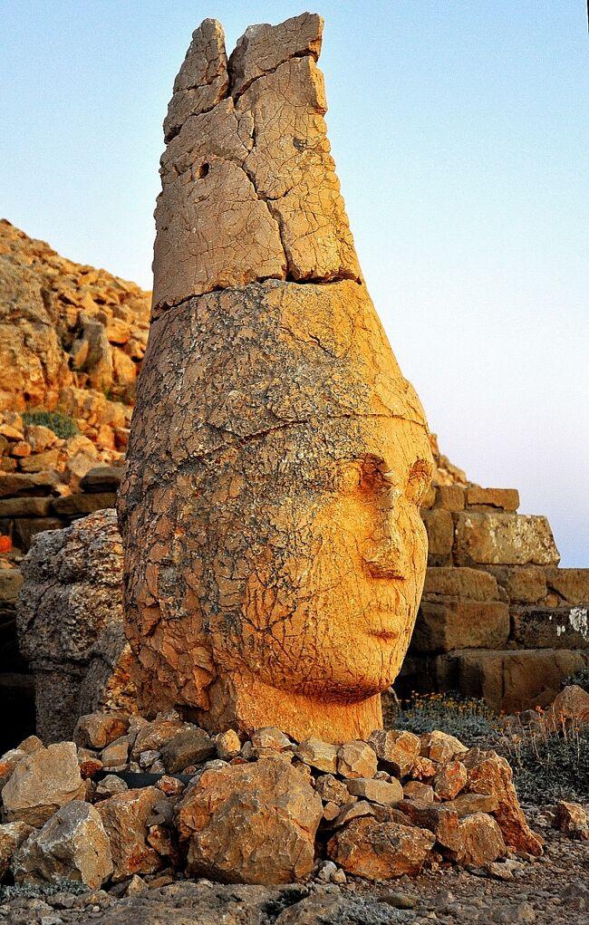 東トルコをひとめぐりしました。<br />ネムルートダー、ハラン遺跡、ワン湖、アクダマル島、ワン城址、イサク・パシャ宮殿、アニ都市遺跡、ララ・ムスタファ・パシャ・ジャミィ、イスタンブールのカーリエ博物館等です。<br />いくつかを選んで紹介します。<br /><br />はじめは世界遺産ネムルートダーです。ダーは山の意味ですから、ネムルート山とも表記されます。<br />標高2150m、紀元前1世紀にこの地方で勢力を誇ったアンティオコス1世の王、アンティオコス1世の墳墓です。<br /><br />コンマゲネ王国がセレオコス朝から独立したのがBC162年、日本では九州の吉野ヶ里で墳丘墓が造営され、稲作を中心とした弥生文化が、関東東北まで波及したころです。<br /><br />ネムルート山の山頂部は石灰石の砕石が、直径150m高さ50mに積み上げられ、独特の「ピラミッド」を形成しています。墳墓に砕石を用いたのは、盗掘を避けるためと言われており、実際砕石が次々崩れ落ちるため、ダイナマイトを使った発掘も失敗に終わったそうです。<br />北東側にその跡かと思われるごく浅いトレンチがあります。<br /><br />