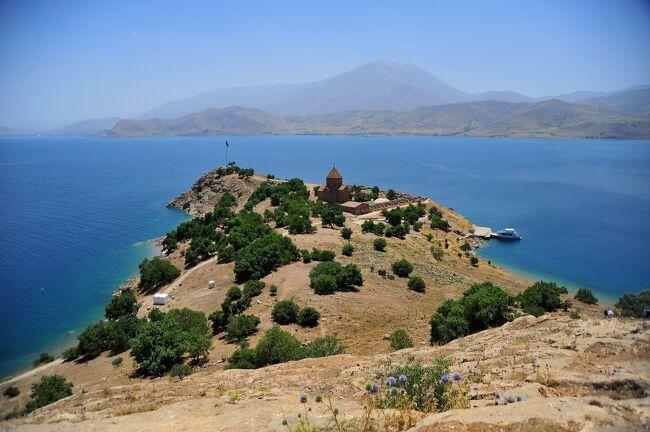 アルメニア教会は、トルコ最大の湖、ワン湖にうかぶアクダマル島にあります。<br />アルメニア教会は、AD915年アルメニア公国のガキク?世によって建てられました。<br /><br />元は修道院のほかに城壁もありましたが、現在は教会だけが残っています。<br />教会の基本設計は、多くのキリスト教会がそうであるように平面は十字架型です。<br />入り口は西向きです。コーカサス地方に多く見られるフィリピシモスタイルで中央に石のドームをのせています。<br />現在ワンはトルコ領内ですが、歴史的にはアルメニアの一部であった時期も長く、そしてアルメニアはコーカサス山地南側の南コーカサス地方ですから、ワンにコーカサスと同じ建築様式の教会があるのは、むしろ自然なことです。<br />http://www5e.biglobe.ne.jp/~truffe/caucasus.html<br /><br />外壁には保存状態良好のレリーフがほぼ全面に見られます。<br />内部には聖書を題材にしたフレスコ画が残っていますが、こちらはかなりいたんでいます。<br />このフレスコ画、青色は比較的良く残っているのですが、これにはトルコ石を原料にした顔料が用いられています。<br /><br />教会を遠景→外側(左回り)→内部の順位に歩きます、