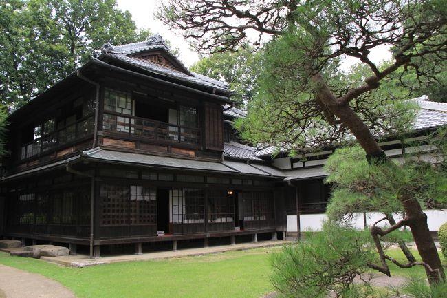通っている写真教室の撮影実習で江戸東京たてもの園へ行きました。<br />ここは昭和が懐かしい私にとってはなかなかおもしろい所です。<br />実習が終わってからクラスメイトと居残って、残りの場所を見学して来ました。<br /><br />江戸東京たてもの園は、失われ行く江戸・東京の建造物の保存を目的として、1993年に東京都がオープンさせた施設です。7ヘクタールの敷地に江戸、明治、大正、昭和の建物が移築・復元されています。<br /><br />入場料400円で、見どころたっぷりです。<br />復元された建造物は全部で30棟。<br />うち13棟は内部を見学できます。<br /><br />内部は東ゾーン、センターゾーン、西ゾーンに分かれています。<br /><br />【東ゾーン】 昭和の街並みが再現されている。<br /><br />【センターゾーン】 2.26事件で暗殺された高橋是清邸など歴史的建造物。<br /><br />【西ゾーン】 前川國男邸をはじめ、さまざまな住宅が復元・展示されている。<br /><br />撮影実習は主に東ゾーンで行いました。<br />東ゾーンには昭和の下町が再現されていておもしろかったのですが、撮影実習は見学が目的ではありません。趣旨が違うので、ここに写真を載せるのは控えたいと思います。実習解散後、居残って自主的に見学したところを旅行記にすることにします。<br /><br />ということで、見学範囲は江戸東京たてもの園の3分の2ぐらいに留まります。旅行記に載せなかった東ゾーンの昭和の街並みに関心のある方は江戸東京たてもの園のホームページをご覧ください。<br /><br />江戸東京たてもの園<br />http://tatemonoen.jp/