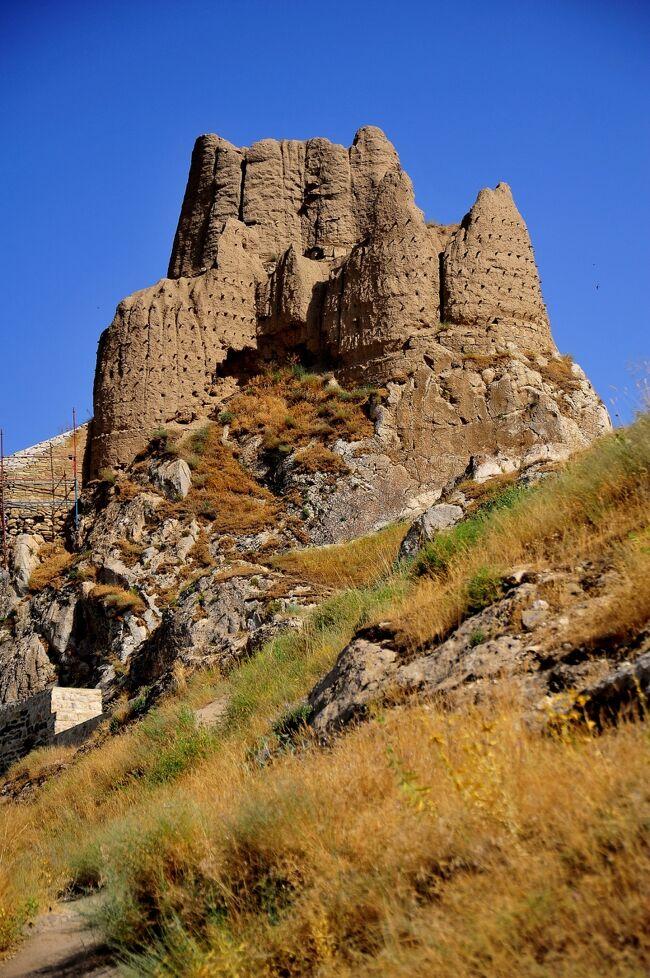 ワン城はBC834年、ウラルトゥ王国のサルドゥール?世により建てられました。<br />ほぼ東西に伸びる細い岩山の上に造営され、長さ1500m、高さ80m、幅70mほどです。<br /><br />画像をご覧いただければわかるように、現在はほとんど崩壊しており原型はほとんど遺されていません。<br />遺構と言うのが相応しい状態です。<br />建材は石灰石のブロックと言われていますが、自然石を精緻に組み上げた構造は、山の下に一部残る石組みを除いては、ほとんど見られません。<br />むしろ日干し煉瓦を泥または素朴な漆喰で積み上げたように見える遺構が多く、これが保存状態が悪い理由のひとつと推測されます。しかし土に還りゆく遺跡としての趣はあります。<br />またワンの街と、ワン湖、特にワン湖へのサンセットの展望台として価値がありそうです。<br />