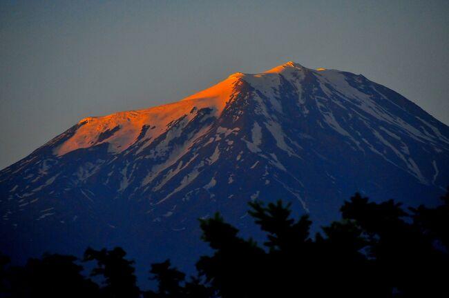 ドゥバヤジットに滞在しています。<br />ドゥバヤジットはトルコの最高峰アララット山(5137m)の麓にあります。<br />アララット山はイラン国境にも近いため、イラン北西部からも良く見えます。<br />日本を良く知るトルコ人は、トルコの富士山と言います。<br />アララット山は、この地域あるいはトルコを象徴する山といえます。<br /><br />ホテルの部屋やダイニングのテラスから撮影した朝、昼、夕のアララット山を紹介します。<br /><br />観光ですが、イサクパシャ宮殿の後、眉唾的観光ポイントに連れて行かれました。<br />なぜ眉唾なのか?旅行記本文をご覧ください。<br />
