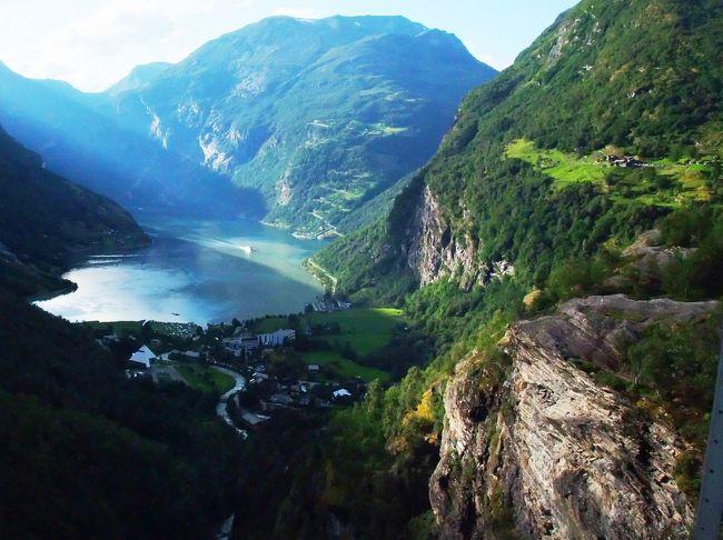 """2013年夏、相棒が数年前から行きたいと言い続けてきたノルウェーを旅しました。<br /><br />旅の一番の目的はフィヨルド・ハイキングと氷河ウォーク。<br />フィヨルド地方の夏(8月)は1年の中でも雨量の多い時期。<br />そんな時期に旅をして、果たして目的が達成できるのか旅行前は不安もありましたが、前後の行動の入れ替えが可能な日程としていたので、多少の雨でも十分楽しむことができました。<br /><br />今回のノルウェーへの旅は、旅行準備段階から波乱万丈。<br />SAS(スカンジナビア航空)の航空券を購入したのが昨年の11月。そしてSASから、搭乗予定便が旅行会社の専用機に変更となったのでキャンセルになると告げられたのが、今年の2月。<br />SASのホームページから予約した正規割引航空券なのに、後から名乗りを上げた旅行会社にチャーター便として乗っ取られるなんて、ひどすぎる!!!と憤慨しましたが、乗る飛行機が無くなってしまったのでは仕方がありません。予定をシフトさせて旅程を組みなおしました。<br /><br />今回のノルウェーの旅はオスローinベルゲンoutのレンタカー・ドライブ9日間の日程です。<br />巡るフィヨルドはガイランゲル・フィヨルドと、ゾグネ・フィヨルドの2か所に絞り込み、ゆったりとノルウェーの自然を堪能する予定でしたが、ノルウェーの妖精トロルが転がすサイコロの目はそうは簡単には""""あがり""""へとは進んでくれませんでした。<br /><br />まず、旅の初日からドキドキ!な出来事が…。<br />慣れないマニュアル車の運転に疲れ果て、やっとの思いでたどり着いたホテルのレセプションは到着10分前に営業終了。ホテルの入口には鍵がかけられ、中に入ることができません…でした。<br />そして旅の4日目には、旅の主要なルートであるGudvangenトンネルでトレーラー事故と火災が発生し、トンネルが来週まで不通という情報を入手しました。Gudvangenトンネルが使えないとなるとその先の旅程の続行は不可能です。旅の後半の予定を白紙に戻し、ホテルのキャンセル・再予約、ルート立て直しを余儀なくされました。<br /><br />また、ノルウェーは物価が日本の約3倍という旅行者にとってはかなり厳しい国です。<br />500mLの清涼飲料水が庶民スーパー(Coop)の価格で320円、小さな惣菜パンが360〜720円とかなりお高め。<br />町の小さな食堂で軽い食事をしても、一人当たり3600円は軽く超えてしまうという国。<br />安く!楽しく!安全に!をモットーに旅行をしている私たちには、なかなか手ごわい国でした。<br /><br />そんなノルウェーを、父・母・娘の3人で旅した白夜のFjord(フィヨルド)ドライブの1日目・2日目を、現地の物価・ドライブ情報等を交えながら旅行記として紹介します。<br /><br />☆8/2 成田−コペンハーゲン−オスロ−リレハンメル<br />☆8/3 トロルスティンゲン<br />・8/4 ガイランゲル フィヨルド・ハイキング<br />・8/5 ガイランゲル・フィヨルド・クルーズ、 ブリクスダール氷河・ハイキング<br />・8/6 ボルグン・スターヴ教会<br />・8/7 ジョステダール氷河トレッキング<br />・8/8 アウルラン・フィヨルド ネーロイ・フィヨルド・クルーズ<br />・8/9 ベルゲン街歩き<br />・8/10 ベルゲン−コペンハーゲン−成田(8/11)<br /><br />旅行記紹介<br />☆★☆★☆★☆★☆★☆★☆★☆★☆★☆★☆★☆★☆★☆★☆★<br />〈1〉航空機乗っ取り事件から始まった家族旅行<br />http://4travel.jp/travelogue/10801905<br />〈2〉碧のフィヨルド・ハイキング☆絶景ポイント大公開!<br />http://4travel.jp/travelogue/10802910<br />〈3〉氷河の色って青かった!?温暖化の影響でトレックできない!!<br />http://4travel.jp/travelogue/10803420<br />〈4〉マンモスが歩きし氷河谷を散歩〜Jostedal氷河トレッキング<br />http://4travel.jp/travelogue/10804012<br />〈5〉瑠璃色のフィヨルドを巡る☆宿を訪ねて200km!<br />http://4travel.jp/travelogue/10805609<br />〈6〉トロルの足跡を辿ってベルゲン街歩き♪<br />http://4travel.jp/trav"""