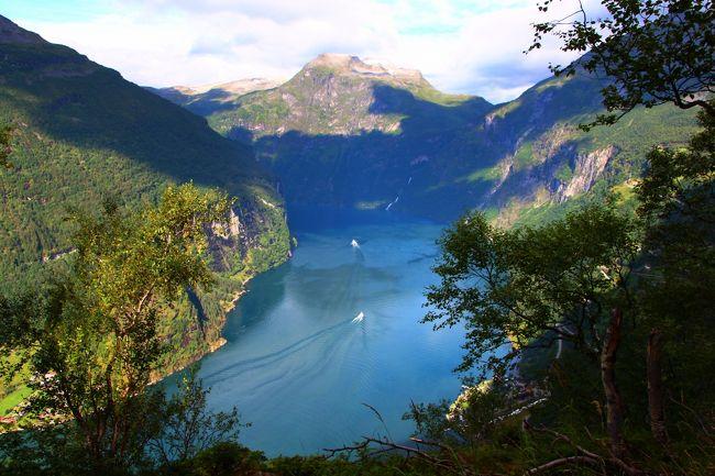 2013年夏、相棒が数年前から行きたいと言い続けてきたノルウェーを旅しました。<br /><br />ノルウェーの8月は1年の中でも雨量の多い時期。<br />お天気が心配だったので、ガイランゲルでは2泊3日のゆとりを持たせた日程としました。<br />実際にフィヨルド地方を旅してみて分かったのは、1日中天気が良いという日は稀であるということ。<br />山岳気候ということもあり、ガイランゲルに滞在した2泊とも夜半から明け方まではシトシトと雨が降っていました。<br /><br />そして、体感気温も日によって様々でした。<br />晴れて天気の良かった日の日中は24℃まで気温が上がり、半袖T-シャツで過ごすことが出来ましたが、朝からほとんど気温が上がらず日中の最高気温が14℃と云う日もあり、そんな日は防寒着を着用しての旅となりました。<br /><br />今回の旅行記で紹介するのは、明け方までは雨が降る肌寒い朝、でも日中は、雲の合間から降り注ぐ柔らかい北欧の日差し…、そんな日に楽しんだフィヨルド・ハイキングの旅日記です。<br /><br />・8/2 成田−コペンハーゲン−オスロ−リレハンメル<br />・8/3 トロルスティンゲン<br />☆8/4 ガイランゲル フィヨルド・ハイキング<br />・8/5 ガイランゲル・フィヨルド・クルーズ ブリクスダール氷河・ハイキング<br />・8/6 ボルグン・スターヴ教会<br />・8/7 ジョステダール氷河トレッキング<br />・8/8 アウルラン・フィヨルド ネーロイ・フィヨルド・クルーズ<br />・8/9 ベルゲン街歩き<br />・8/10 ベルゲン−コペンハーゲン−成田(8/11)<br /><br /><br />旅行記紹介<br />☆★☆★☆★☆★☆★☆★☆★☆★☆★☆★☆★☆★☆★☆★☆★<br />〈1〉航空機乗っ取り事件から始まった家族旅行<br />http://4travel.jp/travelogue/10801905<br />〈2〉碧のフィヨルド・ハイキング☆絶景ポイント大公開!<br />http://4travel.jp/travelogue/10802910<br />〈3〉氷河の色って青かった!?温暖化の影響でトレックできない!!<br />http://4travel.jp/travelogue/10803420<br />〈4〉マンモスが歩きし氷河谷を散歩〜Jostedal氷河トレッキング<br />http://4travel.jp/travelogue/10804012<br />〈5〉瑠璃色のフィヨルドを巡る☆宿を訪ねて200km!<br />http://4travel.jp/travelogue/10805609<br />〈6〉トロルの足跡を辿ってベルゲン街歩き♪<br />http://4travel.jp/travelogue/10807459<br />☆★☆★☆★☆★☆★☆★☆★☆★☆★☆★☆★☆★☆★☆★☆★<br />