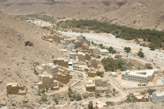 ご訪問ありがとうございます。<br /><br />アラビア海沿岸都市のムッカラから4輪駆動で北上すること4時間で、ボークシャーン村に到着しました。<br /><br />ウサーマ・ビン・ラディンの父のムハンマド・ビン・ラディンは、イエメンのハドラマウト地方ワディ・ドゥアーン、ボークシャーン村の貧困家庭の出身で、第一次世界大戦前に家族と共に、イエメンからサウジアラビアのジッタに移住し、1930年に荷夫から身を興しサウジアラビアのジッタで建設業を起業した。ファイサル国王の目にとまり王室御用達の建設業者となり事業は急成長を遂げ財閥「サウジ・ビン・ラディン・グループ(SBG)」を柱とするラディン一族を形成した。グループは石油ブーム時代に建築業で財を成し、メッカおよびマディーナのモスクの修理を任されるほど、サウード家と深く結びついている。<br />
