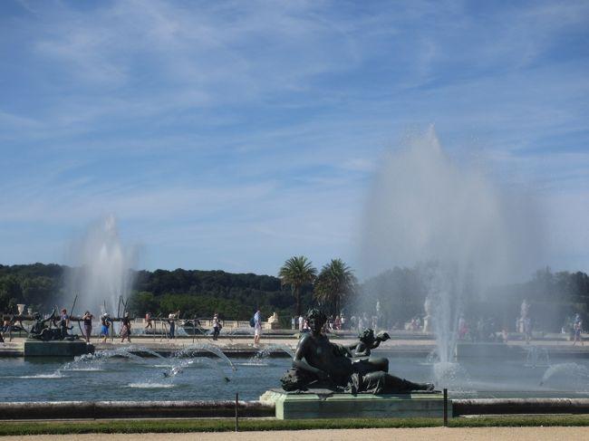 今日は1日ベルサイユ満喫DAYです。この日のために『ベルサイユのばら』を読み込んできました。宮殿だけでなく、プチトリアノンや田舎家まで行くツアーを選びました。楽しみです。<br /><br />ベルサイユの朝市<br />   ↓<br />ベルサイユ宮殿<br />   ↓<br />庭園の噴水ショー<br />   ↓<br />プチトリアノン <br />   ↓<br />  田舎家<br />   ↓<br />パリに戻ってセーヌ川クルーズ<br />   ↓<br />お楽しみディナー  <br />