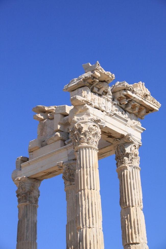 トルコ旅3日目。(現地2日目)<br />今日は、ベルガマ観光です。<br /> アクロポリスとアクレピオンを観光します。<br />古代遺跡大好きですので、<br />遺跡巡りは楽しいです。<br /><br />夕方にイズミールに到着。<br />イズミールには、美人が多いことで有名だそう。<br />バザールで迷子になりかけて、<br />イズミール美人を発見する余裕はありませんでしたが、無事にホテルに帰ってやれやれでした。<br /><br />夜は海岸まで歩き、夜景を楽しみました。<br />