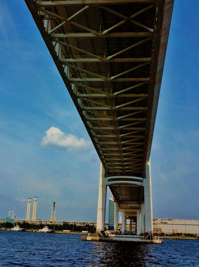 横浜ベイブリッジは、1989年(平成元年)9月27日に開通した神奈川県横浜市にある長さ860m(中央支間長460m)の斜張橋(吊り橋)である。東京港方面と横浜港を結ぶ港湾物流の一端を担うことにより、都市部の渋滞を緩和する重要な輸送路である<br /><br />本牧埠頭A突堤(中区)と大黒埠頭(鶴見区)とを結んでおり、上層部は首都高速湾岸線で、下層部は国道357号となっている。下層部も含めて125cc以下の自動二輪車は通行できない。また、歩道が無いため徒歩で渡ることもできない。<br />(フリー百科事典『ウィキペディア(Wikipedia)』より引用)<br /><br />横浜ベイブリッジについては・・<br />http://www.shutoko.jp/fun/lightup/baybridge<br /><br />マリーンルージュ ランチクルーズについては・・<br />http://www.yokohama-cruising.jp/index.php?act=cruise&do=course_calendar&ship_id=001&course_id=70001<br /><br />