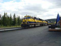 アラスカ鉄道、展望車からの眺めを楽しむ