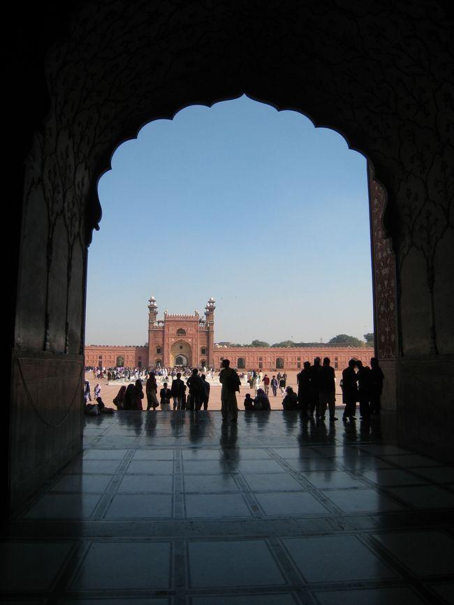 初パキスタンはラホールからの入国、イスラマバードへ陸路で移動、その後、カラチへ、そしてカラチから出国した。<br />ムガール帝国の名残を色濃く残す旧市街の散策は楽しい。