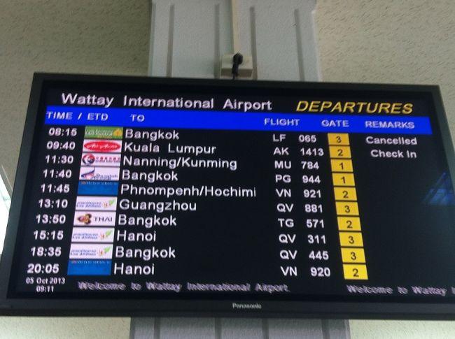 土曜日の朝8時15分にビエンチャンを出発し、日曜日の夜22時前分にビエンチャンに戻ってこれる、週末バンコクで遊ぶには完璧なスケジュールで運行しているラオセントラルエアライン(LF)。<br />※2013年11月現在、土曜便は運休、火、木、金、日の週4便の運航になっています。金曜日は夜18時45分発。<br />往復120ドル。<br />http://flylaocentral.com/<br /><br />ラオス航空(QV)も同じようなスケジュールで運行してますが、往復300ドル近く、キャンペーン中は200ドル。<br />http://www.laoairlines.com/<br /><br />タイ航空(TG)は毎日午後便と夜便しかないので、バンコク滞在時間が短くなるし、往復285~300ドルと高い。スターアライアンスのマイルはたまる。<br />友人によると、TGのこの路線とカトマンドゥ線が取りづらくて高いそうだ。<br />http://www.thaiairways.com/<br /><br />ブティックエアラインのバンコクエアウェイズ(PG)はビエンチャン発が昼、バンコク発が朝で、週末旅行には使いづらい。<br />https://www.bangkokair.com/<br /><br />エアアジアやノックエアはウドンタニからバンコクまで国内線扱いなので往復1万円以下と激安だけど、ビエンチャンからウドンタニまでの移動時間がかかるのが難点。そして空港はドンムアン。<br />http://www.airasia.com/jp/ja/home.page<br />http://www.nokair.com/nokconnext/aspx/index.aspx<br /><br />結果、ラオセントラルエアラインがコスト&スケジュール面で今のところ一押のエアライン。<br /><br />週末、いつものようにラオセントラルエアラインを利用して週末バンコクで遊んできました。<br /><br />写真はビエンチャンのほぼ1日のフライトを網羅したスケジュール。<br />始発のバンコク行きラオス航空と、夜便のタイ航空のバンコク行き、ジンエアーとラオス航空のソウル行きが抜けてますが。