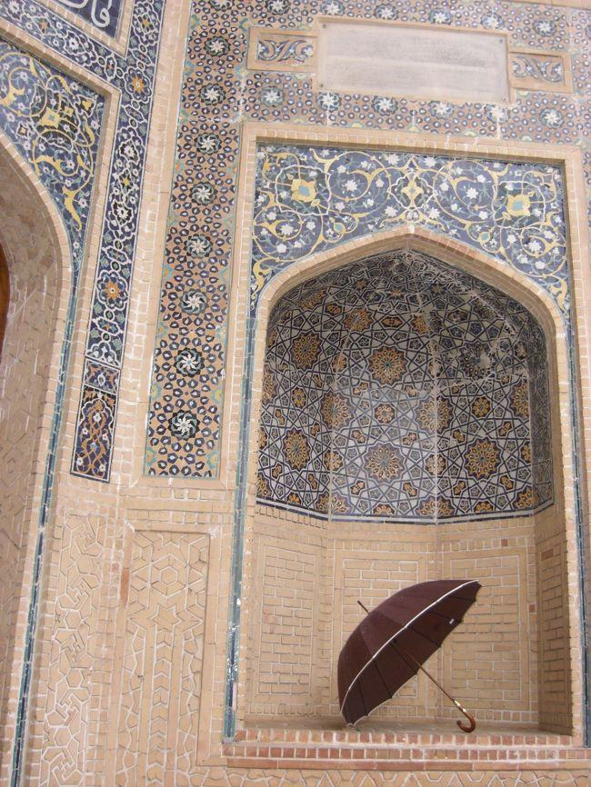 サマルカンドの青い空と青いタイルのモスクに触れたくて、無理やり友人を地方から参加させ、行ってきました。ウズベキスタン。自力で動けるかもしれなったのですが、効率よく周りたかったのでツアーに参加。二人だと思っていたら何と総勢、9人。添乗員はいなくて、現地係員のZ氏一名。珍道中(?)の旅でした。雨のブハラ編。