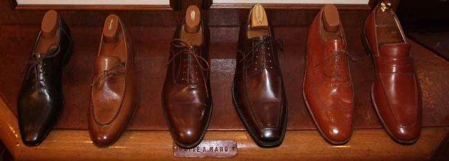 """イタリアと言えば良質の革製品。世界に誇る革製品の靴やバッグのブランドは数々ありますが、このお店は内緒にしておきたいほど、デザイン性、クオリティが高く、しかもお値段はリーズナブルという素敵な靴がたくさんあります。お店の名前はMannina(マンニーナ)<br />http://manninafirenze.com/<br /><br />1953年、ヴェッキオ橋とピッティ宮殿の狭間に位置する Via de' Barbadoriに、""""マエストロCalogero Mannina(カロジェロ・マンニーナ)""""は手作り靴工房をオープンさせ、ここで靴の制作を始められたそうです。<br />その伝統を現在のオーナー、アントニオさんがが受け継ぎ、お店ではお出迎えくださり、靴選びを手伝ってくださいます。<br /> <br />私は昨年紺色のサンダルを購入しましたが、キュートながら上品で、履き心地は軽く足なじみがよく最高です。<br />どうしても、また欲しくて、昨日娘二人がイタリアに飛び立ちましたが、MANNINAを訪ねる予定です。<br />私の新しい靴もお願いしました。<br />日本にはまだ入ってきておらず、ちょっと自慢してみたくなりますよ。<br />フィレンツェに行かれたら、是非立ち寄ってみてください。"""