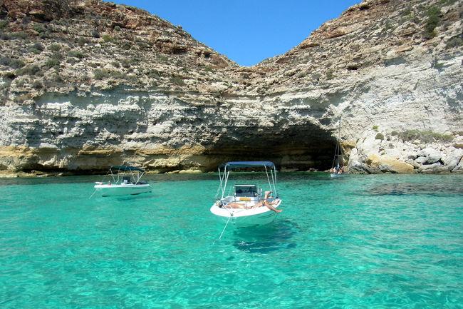 「Tripadvisor Travelers&#39;Choice 2013, Top 25 Beaches - World 」で1位に選ばれた、世界一の透明度と言われる海を見たくて、ちょっと遅めのヴァカンス旅行に行ってきました。<br />イタリア+マルタ共和国、友人と10日間の2人旅です。<br /><br />★ランペドゥーサ<br />マルタ島とアフリカ大陸(チュニジア)の間くらいに位置するイタリア最南端の島。 <br />宿のオーナーの船で島をくるっと1日クルーズ♪<br />小さな島ですが時間や場所によって様々な海の色が楽しめます。<br />バス&徒歩でアクセスできる「ラビット・ビーチ」は遠浅で超人気のビーチ!白い砂浜には人・人・人。<br /><br />出掛ける前に丁度日本で、公開されていた「海と大陸 TERRAFERMA」<br />---地中海に浮かぶ小さな島リノーサ。青い海、青い空、輝く太陽のもと、海の掟に生きる家族と、必死の思いで海を渡ってきた母子の心の交流。 世界の歪みと人間としての良心を描く、現代イタリアの心揺さぶる感動作!--<br />リノーサ島はランペドゥーサから船で1時間ほどの火山島です。<br />http://umitotairiku.jp/<br />とても興味深い映画でした。<br />が、観光シーズンだけ賑わう寂れた漁村の暮らしと、アフリカ大陸から漂着するの難民の問題...<br />ちょっとヴァカンス計画に浮かれていた気分が萎えました。<br />