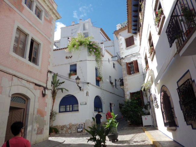 今回の旅行はバルセロナ6日間という日程。<br />本当はアンダルシア地方にあるフリヒリアナに行きたかったけど、さすがにアンダルシア地方まで行くのはちょっと時間が無い...。<br />となると、バルセロナから行ける一番近い白い街はどこだろう?<br />いろいろ調べたところ、ペニスコラという街ならアンダルシア地方まで行かなくても、憧れの白い街があるらしいと分かり一泊で行くことに。<br />ペニスコラだけに行くのはもったいないので、途中にあるシッチェスとタラゴナに寄りながらペニスコラまでレンタカーで小旅行に出かけたのでした。