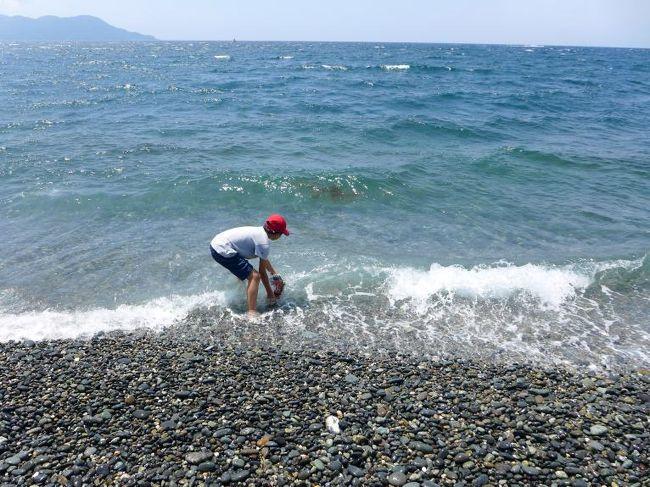 リニューアルしたリゾーピア箱根のラウンジロイヤルウッドで朝食を済ませ、ホテルをチェックアウトすると三島を通り過ぎて沼津の千本浜海岸に車を向けます。<br /><br />次男はサッカー三昧の夏休み終盤を迎えて、短時間で内容の濃い自由研究が出来ないか考えた末にたどり着いたのが海水からの塩作り。<br /><br />駿河湾の海水を汲んで帰ります。<br />