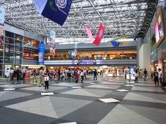 新千歳空港内のショッピングフロアーは賑わっています
