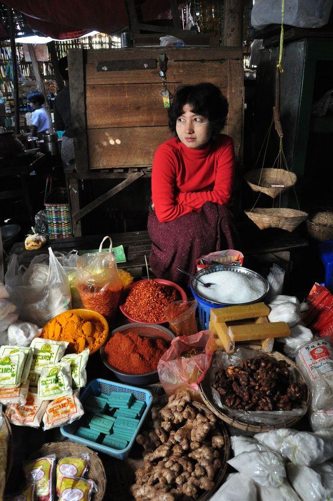 ミャンマー2日目。早朝バガンに到着し高い寺院からバガンの大地と遺跡群を見渡した後、有名寺院を巡る道すがらにバガンの市場へ寄りました。<br />タイとはまた違った商売や風情があり、朝の活気に満ちた市場巡りも楽しい時間でした。