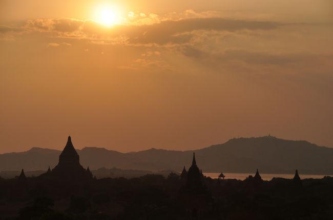 ミャンマー2日目。漆塗工房からまたお寺巡りに出かけました。パゴダの上層から夕日を眺め、夕食をいただきながら人形劇を観て、長い長い2日目の終わりです。