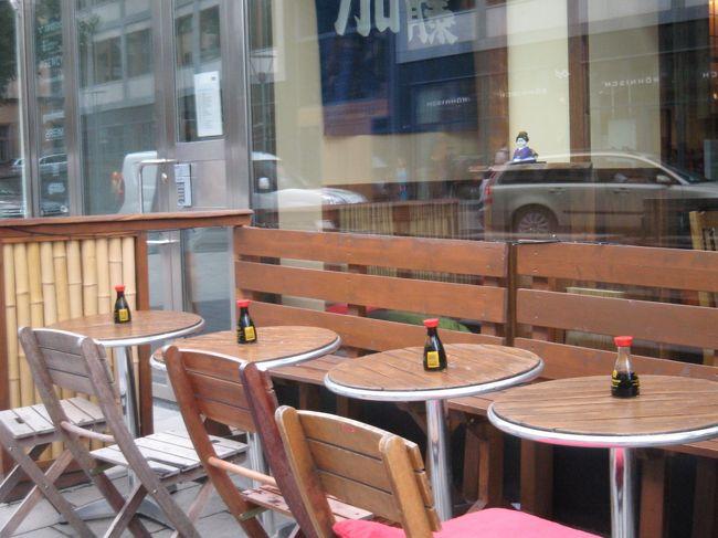 お天気はイマイチ、ですが、ストックホルムの街をぶらぶらお散歩&ショッピングです。<br /><br />写真は日本食レストランのテラス席。「オシャレ」と実用を兼ねて、「お醤油」がディスプレイしてあります。まあ、日本である種のレストランでタバスコやハインツのケチャップがフューチャーされているようなものでしょうか。ははは