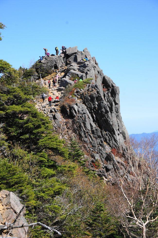 10月の3連休は、久しぶりの八ヶ岳へ。<br />以前は主人の勤めている会社の関係でよく来ていた、松原湖の山荘に1泊します。<br />白駒池が紅葉している情報もあったので、白駒池から高見石、ここからは初めての場所、中山展望台、にゅうまで行き、白駒池まで戻るルートです。天気の安定している日曜日に登山をすることにしたので、土曜は珍しくゆっくりの出発です。