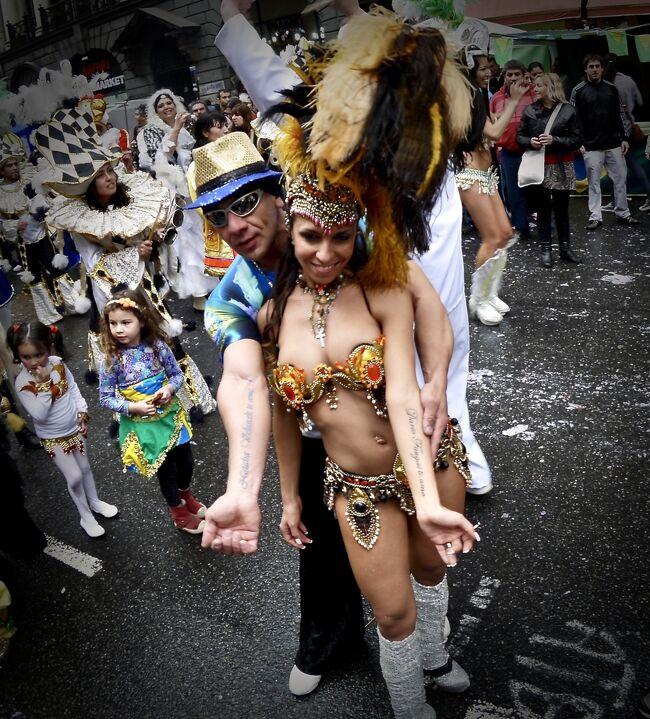 ブエノスアイレスでは、南米各国からこの国に来ている(移民した)方々によるフェスティバルやパレードが、週末などに定期的に開かれているようです。<br /><br /><br />「ピンクハウス(大統領府)」の裏(前?)にある五月広場からAV de Mayo(五月通り)を歩行者天国にし、南米各国の民族衣装を羽織り、アトラクションやショーをやっている場面に偶然出くわしました。<br /><br /><br />雨がパラツキ、ちょっと寒い日中でしたが、華やかで 艶やかで 派手な感じの日和を過ごす事ができました...。
