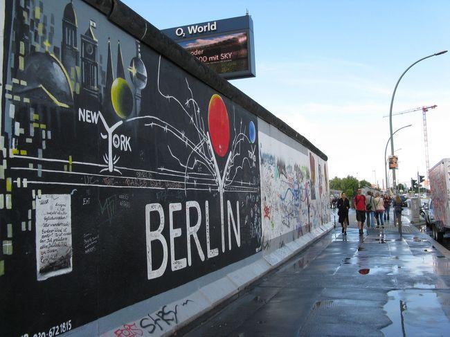 今日は終日、ベルリンの町を歩きます。<br />ドイツ西部のメルヘン街道は曇りの日が多く、肌寒かったけれど、ここベルリンを始め 東部の町は 逆に毎日快晴で暑い!<br />(西側とは、気温差を感じました)<br /><br />ただ突然、真っ暗になり通り雨が降る (すぐ止みますが) という、何だかヘンテコなお天気です。<br />だから晴れていても毎日、折りたたみ傘は必携です。<br />---------------------------------------------------------<br /><行程><br />■8/13(火) ベルリン滞在<br />  ① ブランデンブルク門 → ドイツ連邦議会議事堂 → チェック・<br />  ポイント・チャーリー → イーストサイド・ギャラリー →<br />  カイザー・ヴィルヘルム記念教会 <br />  ② シャルロッテンブルク宮殿<br />  ③ ポツダム広場 周辺 → ハッケシャー・ホーフ → アレクサン<br />  ダー・プラッツ駅周辺 → 博物館島<br />---------------------------------------------------------<br />全行程は、下記サイト参照<br />  &lt;http://4travel.jp/traveler/127540/album/10821747/&gt;