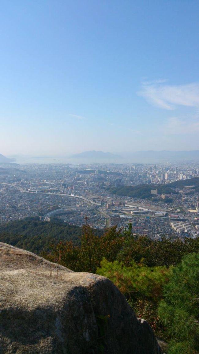 soramame夫婦に共通の趣味ができました<br /><br />ついに山デビュー♪<br /><br />広島駅の北東に位置する高尾山<br /><br />2人とも初めての登山どーなることやら??<br /><br /><br />