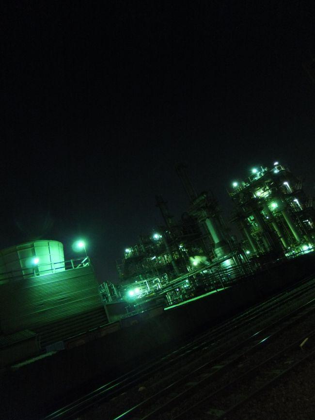僕は海外へ旅に出るとき、あるいは旅から帰るとき、いつも横浜と羽田空港、あるいは成田空港を結ぶバスに乗る。<br /><br />そのバスは首都高速の湾岸線を走り、横浜から川崎にかけて、工業地帯の中を抜けていく。<br />かつては日本一を誇った京浜工業地帯だ。<br /><br />バスの中から眺めるその工業地帯の風景はとても印象的だ。<br />建ち並ぶ製鉄所や石油精製工場、巨大なプラントやガスタンク、クレーン、立ち上る煙や炎…。<br /><br />旅に出るときはいつも、どこか緊張した気持ちで、その風景を見つめている気がする。<br />これから自分は海外へ旅に出るんだな、と思いながら。<br /><br />旅から帰るときは、ホッと安心したような気持ちで、車窓に流れる工業地帯の風景を見ている。<br />そして同時に、どこか異国的な雰囲気が漂うその風景を見ながら、こんなことを思うのだ。<br />ここは本当に日本なのだろうか、自分はまだ外国にいるのではないだろうか、と。<br /><br />ある秋の夜、その工業地帯の中へ足を踏み入れた。<br /><br />そこには本当に、いつも見ている日本の風景とは違った、不思議な風景が広がっていた…。