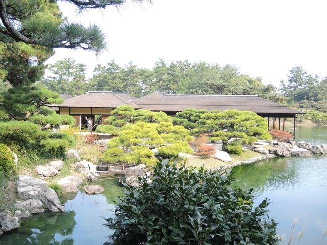 神戸から夜中のフェリーで高松港へ向かいました。<br />高松へはAM5:40に到着し県庁近くの『手打ちうどん さか枝』さんで定番のかけうどんをいただいて朝食をとりました。<br />いったん駅前に戻り高松城跡玉藻公園を訪れ、AM8:00発の女木島(鬼ケ島)行きのフェリーで女木島に向かい鬼ヶ島大洞窟を訪れました。女木島では雨に振られ洞窟を出て山頂広場の展望台から対岸の高松港や屋島を見渡しましたがもやがかかっていてちょっぴり残念でした。<br />再び高松市内に戻ってからはレンタサイクルで栗林公園に向かい、美しい庭園内を歩きました。<br />昼食は栗林公園南西側の11号線を挟んだ向側にある『本場讃岐うどん 上原屋本店』でかけうどんとサクサクのごぼ天とおでんを頂きました。<br />高松駅への戻りすがらお洒落な店舗が立ち並ぶ丸亀町商店街をぶらつき、駅前に到着後は帰りの高速バスの出発時間までまだ余裕があったので港を散策し、玉藻防波堤の先端にある『せとしるべ』という愛称で呼ばれる赤い灯台まで向かいました。防波堤からは女木島や屋島がま近に感じられ、夕暮れ時の太陽が海をほのかに照らしていました。
